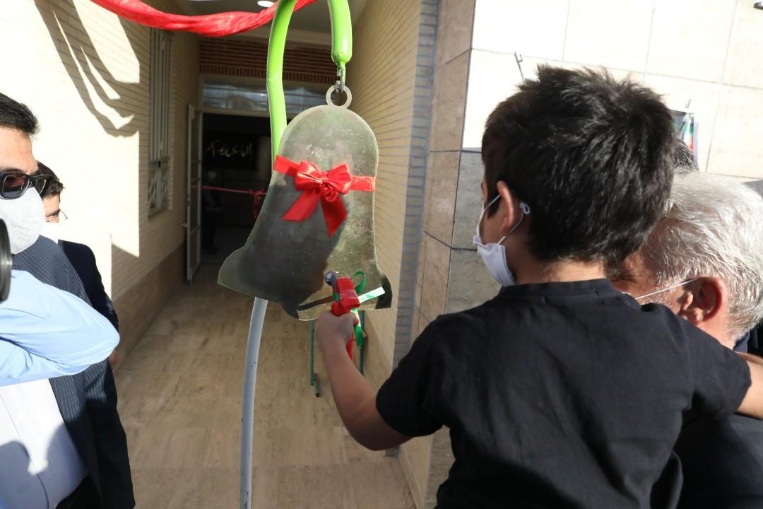 اداره کل نوسازی مدارس استان یزد - نواخته شدن زنگ اول مهر با حضور مدیرکل نوسازی مدارس استان