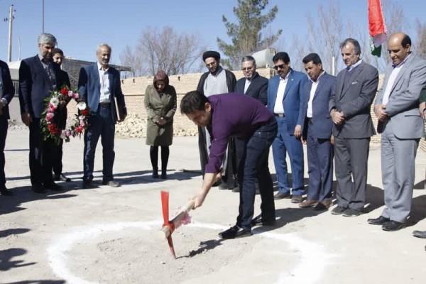 آغاز عملیات اجرائی ساخت سالن چند منظوره دبستان عصمتیه مهریز